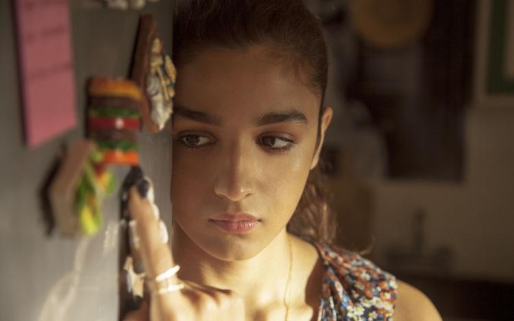 Alia-Bhatt-sad-looking-in-dear-zindgi-movie